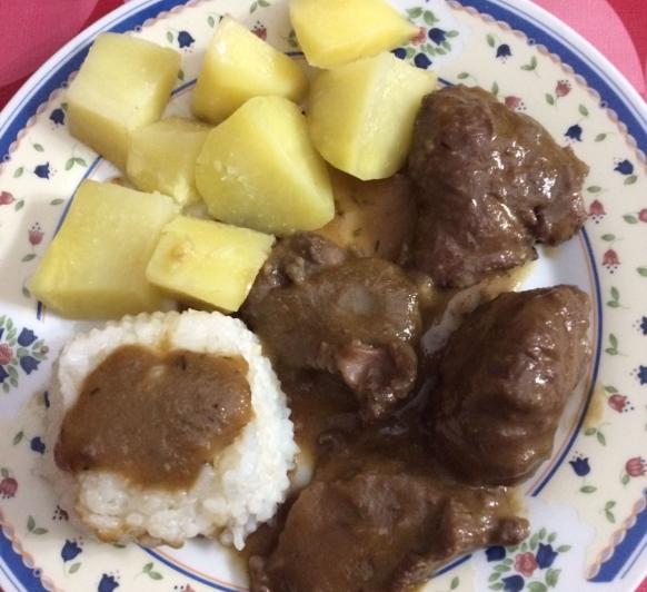 Carrillada al tomillo con patatas y arroz al vapor
